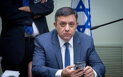 Le président travailliste Avi Gabbay dirige une réunion de faction à la Knesset le 1er janvier 2018. (Miriam Alster / Flash90)