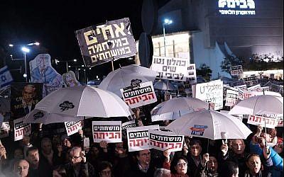 Des milliers d'Israéliens lors de la manifestation anti-corruption hebdomadaire de Tel Aviv le 6 janvier 2018 (Crédit : Tomer Neuberg/Flash90)
