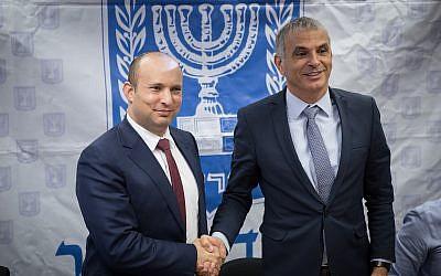 Le ministre des Finances Moshe Kahlon (à droite)  et le ministre de l'Éducation Naftali Bennett, lors d'une conférence de presse sur al réduction des vacances scolaires, au ministères des Finances, à Jérusalem, le 8 janvier 2018. (Crédit :Hadas Parush/Flash90)