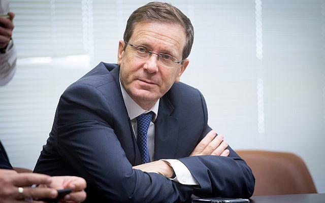 Le chef de l'opposition, Isaac Herzog, assiste à une réunion de faction à la Knesset à Jérusalem le 8 janvier 2018. (Miriam Alster / Flash90)