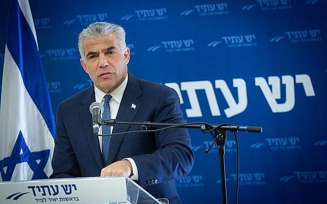 Le député Yair Lapid dirige une réunion de la faction Yesh Atid à la Knesset, le 8 janvier 2018. (Miriam Alster / Flash90)
