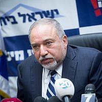 Le ministre de la Défense et chef du parti Yisrael Beytenu Avigdor Liberman dirige une réunion de sa faction à la Knesset, le 8 janvier 21018 (Crédit : Miriam Alster/Flash90)