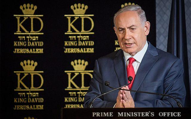 Le Premier ministre Benjamin Netanyahu durant une conférence de presse pendant un réunion des ambassadeurs de l'OTAN en Israël, au King David Hotel, à Jérusalem, le 9 janvier 2018. (Crédit : Hadas Parushl/Flash90