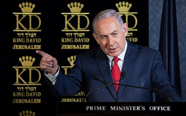 Le Premier ministre Benjamin Netanyahu s'exprime durant un déjeuner avec les ambassadeurs de l'OTAN en Israël à l'hôtel du roi David de Jérusalem le 9 janvier 2017 (Crédit : Hadas Parushl/Flash90)