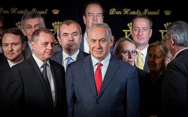 Le  Premier ministre Benjamin Netanyahu lors d'une conférence de presse conjointe avec les ambassadeurs de l'OTAN en Israël à l'hôtel du roi David de Jérusalem, le 9 janvier 2018 (Crédit : Hadas Parushl/Flash90)