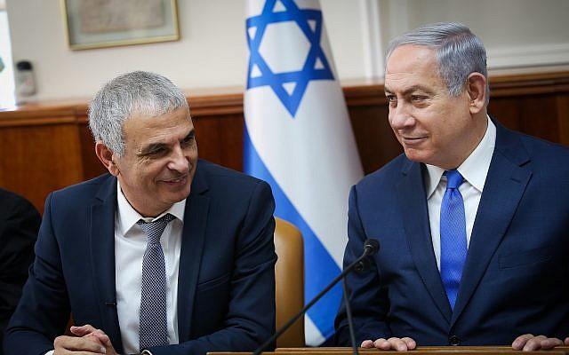 Le Premier ministre Benjamin Netanyahu et le ministre des Finances Moshe Kahlon en réunion du cabinet au bureau du Premier ministre, à Jérusalem le 11 janvier, 2018 (Crédit : Alex Kolomoisky/POOL/Flash90)