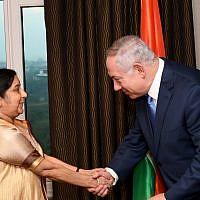 Le Premier ministre israélien Benjamin Netanyahu rencontre la ministre des affaires étrangères Sushma Swaraj à Delhi,   le 14 janvier 2018 (Crédit : Avi Ohayon/GPO)
