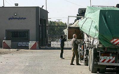 Les chauffeurs de camion palestiniens attendent de traverser le passage de Kerem Shalon dans le sud de la bande de Gaza le 14 janvier 2018. (Abed Rahim Khatib / Flash90)