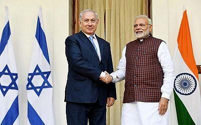 Le Premier ministre Benjamin Netanyahu et son homologue indien Narendra Modi se serrent la main lors d'une conférence de presse conjointe dans la maison du président à New Delhi, en Inde, le 15 janvier 2018. (Avi Ohayon / GPO)