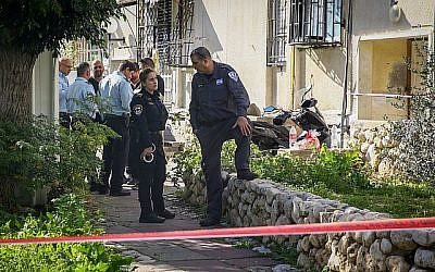 Les policiers sur les lieux où deux femmes ont été retrouvées mortes dans leur appartement à Ashkelon, le 16 janvier 2018. (Flash90)