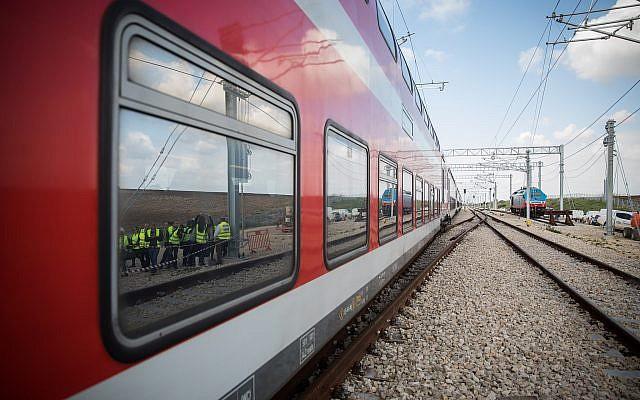 Image du train et de la ligne durant un voyage d'essai du train à grande vitesse reliant Jérusalem à Tel Aviv dans le centre d'Israël le 16 janvier 2018 (Crédit : Hadas Parush/Flash90)