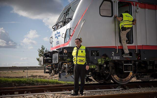 Le ministre des Transports Israel Katz durant un voyage test sur la ligne à grande vitesse Jérusalem-Tel Aviv dans le centre d'Israël le 16 janvier 2018 (Crédit : Hadas Parush/Flash90)