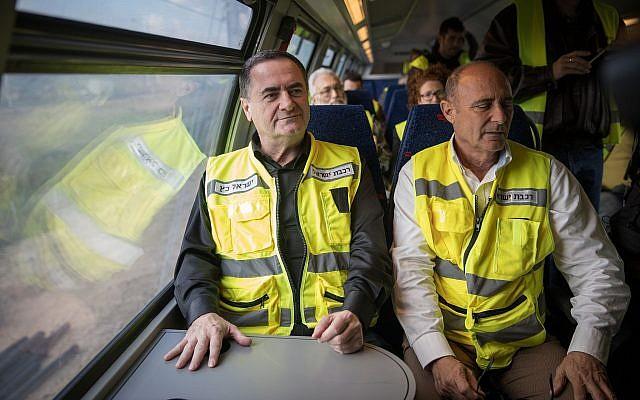 Le PDG d'Israel Railways Shahar Ayalon et le ministre des Transports Israel Katz à bord de la rame d'essai du train qui relie Jérusalem à Tel Aviv, le 16 janiver 2018. (Crédit : Hadas Parush/Flash90)