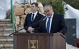 Le ministre de la DéfenseAvigdor Liberman lors d'une cérémonie commémorative au mont Herzl, le 16 janvier 2018. (Crédit : Yonatan Sindel/Flash90)