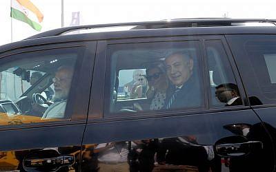 Le premier ministre Benjamin Netanyahu et sa femme Sara sont accueillis par le Premier ministre indien Narenda Modi à Gujarat, en Inde, le 17 janvier 2018. (Crédit : Avi Ohayon/GPO)