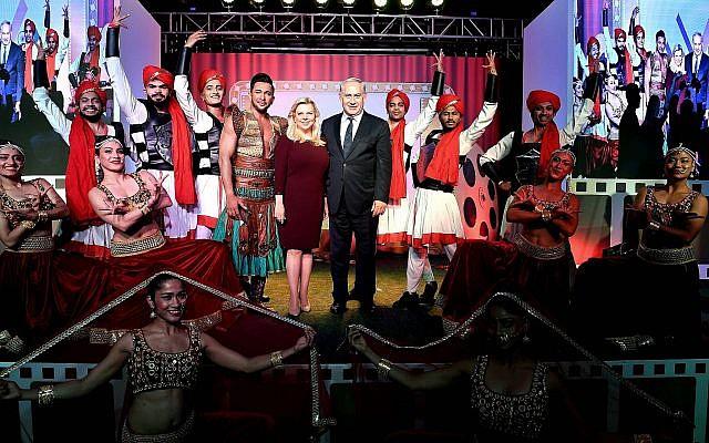 Le Premier ministre Benjamin Netanyahu et son épouse Sara assistent à un rassemblement de stars de Bollywood à Mumbai, en Inde, le 18 janvier 2018 (Crédit : Avi Ohayon / GPO)