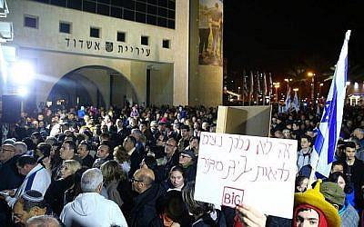 Des manifestants israéliens protestent contre la fermeture des commerces à Shabbat dans la ville d'Ashdod, le 20 janvier 2018. Flash90)