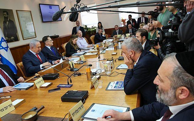 Le Premier ministre Benjamin Netanyahu (à gauche) et le ministre de l'Intérieur Aryeh Deri (à droite) assistent à une réunion du cabinet du Premier ministre à Jérusalem le 21 janvier 2018. (Alex Kolomoisky / POOL)