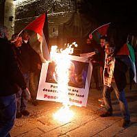 Des Palestiniens manifestent contre la visite du vice-président américain Mike Pence aux abords de l'église d ela nativité dans la ville de Bethléem, en Cisjordanie, le 21 janvier 2018 (Crédit : Wisam Hashlamoun/Flash90)
