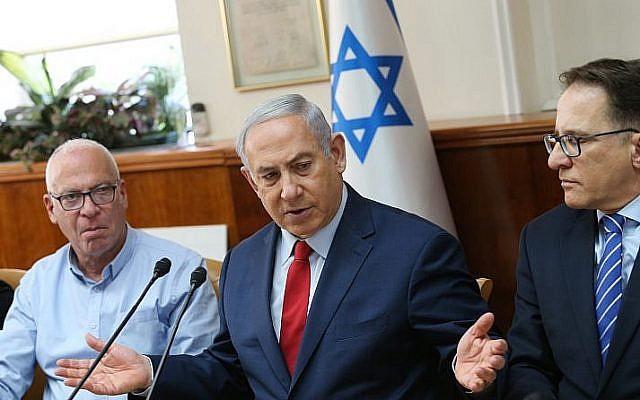 Le Premier ministre Benjamin Netanyahu dirige une réunion du cabinet du Premier ministre à Jérusalem, le 28 janvier 2018 (Alex Kolomoisky / Pool)