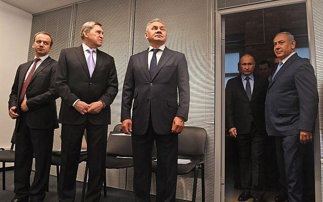 Le Premier ministre Benjamin Netanyahu (D) rencontre le président russe Vladimir Poutine (2e -D) lors d'une visite du Musée du judaïsme et de la tolérance à Moscou le 29 janvier 2018. (Kobi Gideon/GPO)