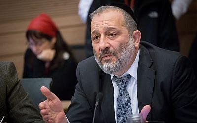Le ministre de l'Intérieur Aryeh Deri lors d'une réunion de la Commission des affaires intérieures consacrée à l'expulsion des demandeurs d'asile africains à la Knesset, le 29 janvier 2018 (Crédit :Alster/Flash90)