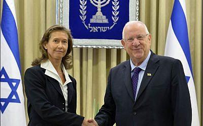 Le président Reuven Rivlin avec l'ambassadrice de Slovénie, Barbara Susnik, au mois de novembre 2015 (Crédit : ministère israélien des Affaires étrangères)