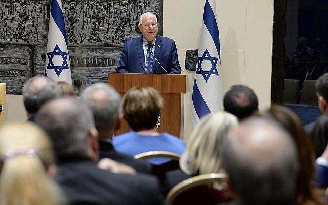 Le président Reuven Rivlin s'exprime devant les diplomates israéliens à la résidence du président de Jérusalem, le 22 janvier 2018 (Crédit : Mark Neiman/GPO)