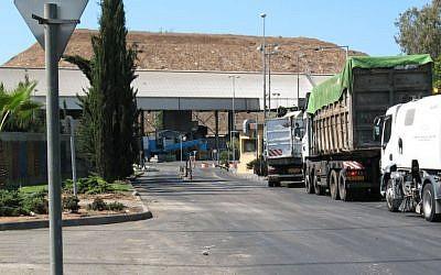L'entrée du site de recyclage de Hiriya dans le centre d'Israël, le 19 septembre 2008 (Crédit : Shnili/Creative Commons)