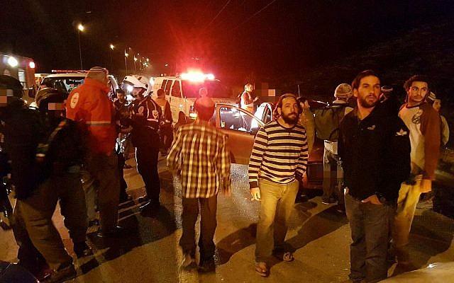 Les gens rassemblés sur la scène d'un attentat terroriste à proximité du carrefour Havat Gilad en Cisjordanie, le 9 janvier 2018 (Crédit :  Magen David Adom)