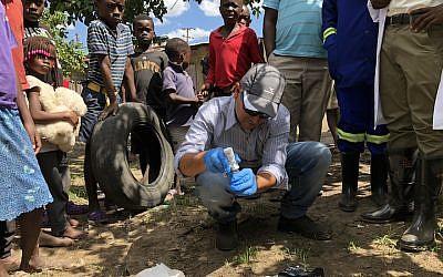 Un membre de l'équipe israélienne envoyée en Zambie avec deux médecins et un ingénieur de l'eau, à Lusaka, le 8 janvier 2018 (Crédit : Autorisation de l'hôpital Sheba via JTA)