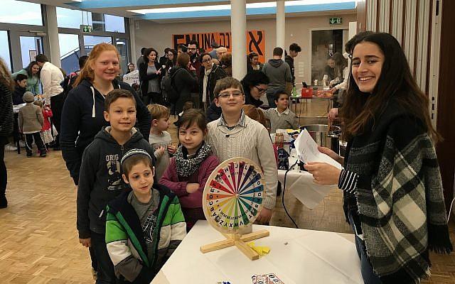 Des enfants lors d'un événement de Hannouka du Centre de jeunesse de la communauté juive de Dortmund (Marc Neugroschel / Times of Israël)