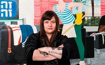 L'artiste Zoya Cherkassky pose devant l'une de ses oeuvres lors de son exposition solo 'Pravda' au musée d'Israël (Crédit : Eli Pozner/Israel Museum)