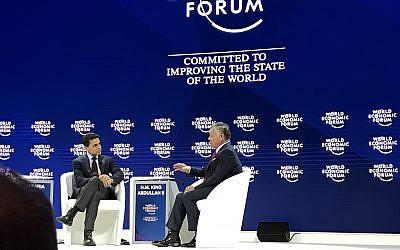 Le roi Abdallah II de Jordanie avec Fareed Zakaria de CNN, au Forum économique mondial, à Davos, le 24 janvier 2018. (Crédit : Jacob Magid/Times of Israel)