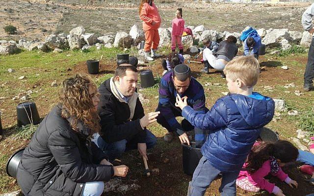 Les élèves de l'école Benzion Netanyahu, dans l'implantation de Barkan, en Cisjordanie, pendant les fouilles archéologiques. (Crédit : Roi Hadi)