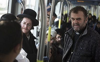 La mosaïque qui se présente elle-même dans le tramway de Jérusalem, avec l'acteur italien Pipo Del Bono, à droite, et Haim David, à gauche. (Autorisation : Amos Gitai)