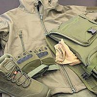 Des tenues militaires trafiquées à Gaza et saisies sur le port d'Ashdod le 15 janvier 2018 (Crédit : Autorité fiscale israélienne/Douanes d'Ashdod)