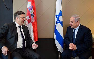 Le Premier ministre Benjamin Netanyahu (à droite) rencontre le Premier ministre croate Andrej Plenkovic lors du Forum économique mondial de Davos, en Suisse, le 24 janvier 2018 (Crédit : Amos Ben-Gershom / GPO)