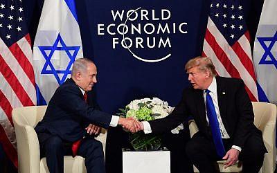 Le président américain Donald Trump s'entretient avec le Premier ministre israélien Benjamin Netanyahu lors d'une réunion bilatérale en marge de la réunion annuelle du Forum économique mondial à Davos, en Suisse, le 25 janvier 2018 (Crédit photo : Amos Ben Gershom / GPO)