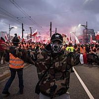 Des milliers de personnes réunies lors d'une marche pour la Journée de l'indépendance de la Pologne à Varsovie, le 12 novembre 2017 (Crédit : Lorena de la Cuesta/SOPA Images/LightRocket via Getty Images)