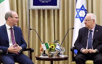 Le président Reuven Rivlin (D) et le ministre irlandais des Affaires étrangères Simon Coveney lors d'une réunion de travail à la résidence du président à Jérusalem le 12 juillet 2017. (Mark Neiman/GPO)