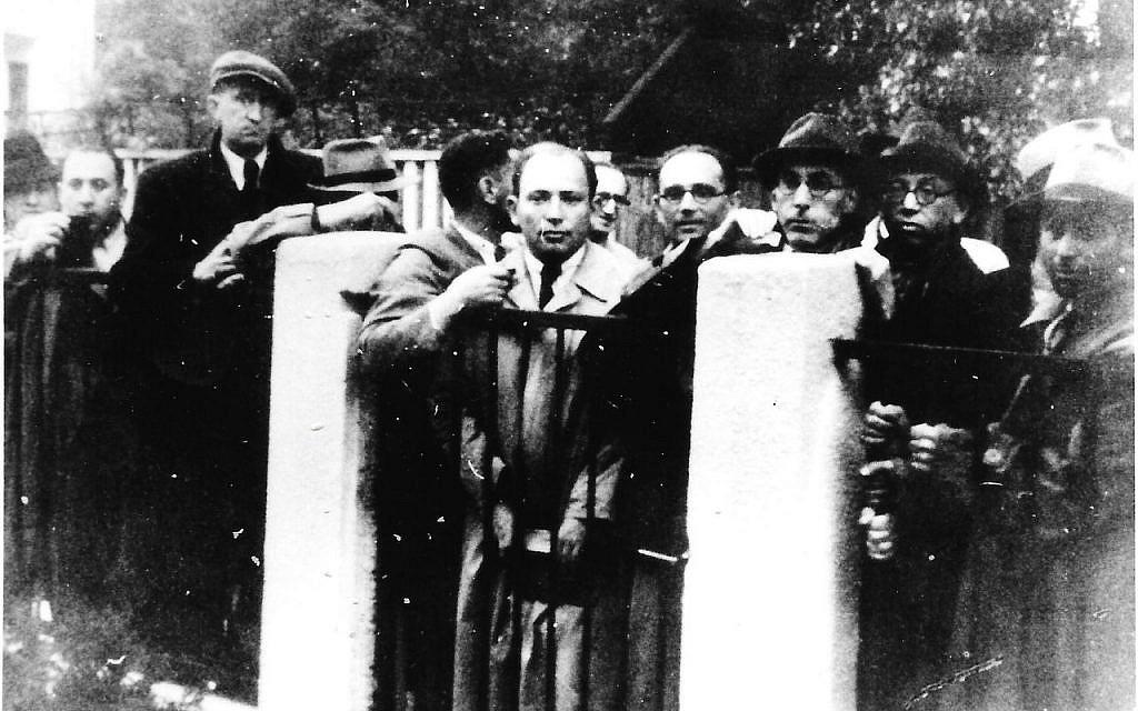 La file d'attente de réfugiés juifs à Kovno, devant le consulat de Chiune Sugihara, dans les années 1940 (Crédit : Nobuki Sugihara)