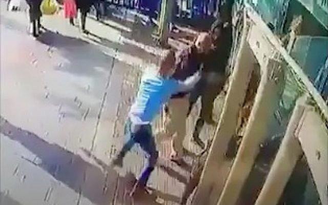 Capture d'écran de la bande vidéo de la caméra de sécurité montrant Yassin Abu al-Qar'a (en chemise bleue) poignardant Asher Elmaliach à l'entrée de la gare routière centrale de Jérusalem le 10 décembre 2017