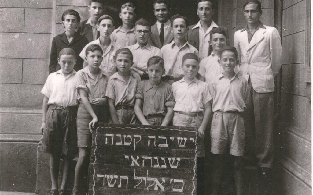 Illustration : les étudiants de la Yeshiva Mir à Shangaï, après avoir fui l'Europe de l'Est durant la Seconde guerre mondiale, grâce aux visas délivrés pas le diplomate japonais Chiune Sugihara. (Crédit : famille Bagley)