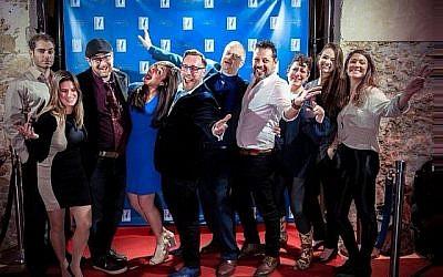 """Le fondateur Adam Bellos, cinquième à partir de la gauche, et les membres de l'équipe du Fonds d'innovation israélien à la soirée de lancement de """"Wine on the Vine"""" le 18 janvier 2018 à Jaffa. (Aviram Valdman)"""