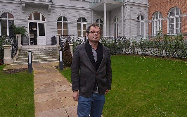 Stephan Templ devant un bâtiment à Vienne qu'il a réclamé à l'Etat autrichien, le 27 octobre 2014 (Cnaan Liphshiz / JTA)