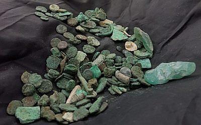 Environ 150 pièces de monnaie vieilles de 1500 ans été découvertes par un voleur d'antiquités à Ramat Hanegev. (Guy Fitoussi, Autorité israélienne des antiquités)