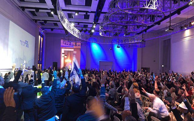 Les membres du comité central du Likud votent en faveur de l'annexion de parties de la Cisjordanie au Centre de conférences de l'Avenue, à côté de l'aéroport Ben Gourion, le 31 décembre 2017 (Autorisation)