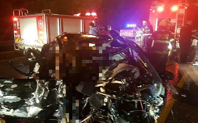 Ce qui reste d'une voiture après une collision routière fatale près de Wadi Ara, au nord d'Israël, le 4 janvier 2018 (Crédit : Porte-parole de Magen David Adom)