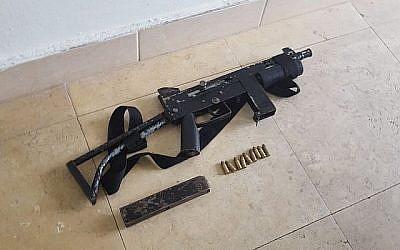 L'arme automatique trouvée dans un véhicule palestinien en Cisjordanie par la police, le 15 janvier 2018. (Crédit : porte-parole de la police)